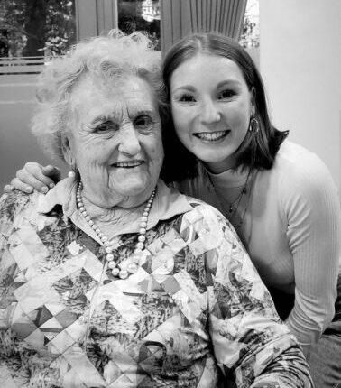 Oma Lotte mit ihrer Enkelin Sina Dauernheim
